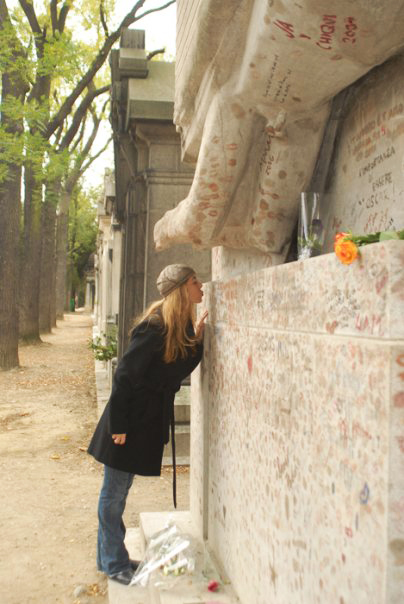 Oscar Wilde's tomb is protected from assault of kisses