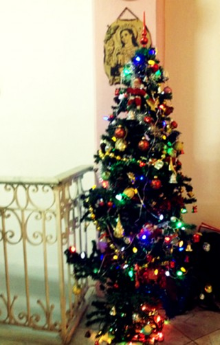 Decorate A Christmas Tree With Balls