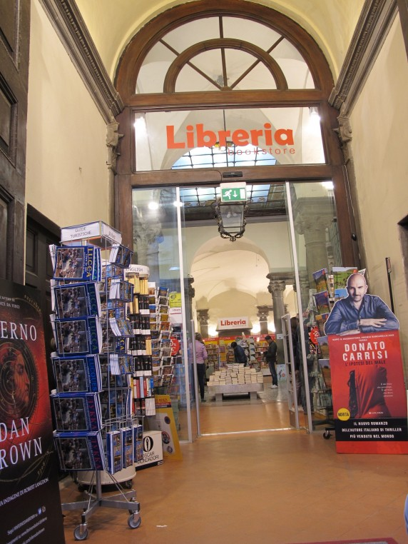 While a branch of Libreria Edison closed in Florence at the end of last year, the Lucca branch is still open and doing a brisk business in the heart of the city with hours from 9AM to 12AM.