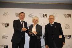 Siren İdemen (C) received the Talat Sait Halman Translation Award from IKSV Chairman Bülent Eczacıbaşı (L) and head of the committee Doğan Hızlan.